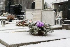 Cemit?rio coberto pela neve no inverno slovakia imagens de stock royalty free