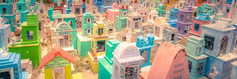 Cemitério colorido de uma vila mexicana fotografia de stock