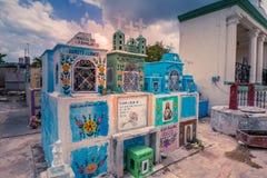 Cemitério colorido de uma vila mexicana foto de stock