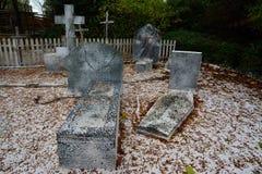 Cemitério com lápides velhas Imagem de Stock Royalty Free