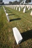 Cemitério com lotes das lápides em uma fileira Fotos de Stock