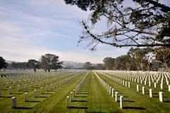 Cemitério com lotes das lápides em uma fileira Fotografia de Stock