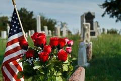 Cemitério com rosas e a bandeira americana foto de stock royalty free