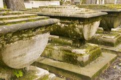 Cemitério com túmulos envelhecidos imagens de stock