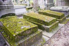Cemitério com túmulos envelhecidos fotografia de stock