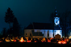 Cemitério completamente das velas no dia dos mortos mim Fotografia de Stock Royalty Free