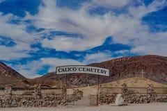 Cemitério da cidade fantasma com céu azul e dia nebuloso imagem de stock royalty free
