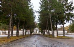 Cemitério da vila com a entrada da árvore, Roccaraso, Abruz Foto de Stock Royalty Free