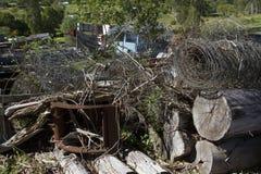 Cemitério de automóveis com arame farpado e logs Imagem de Stock Royalty Free
