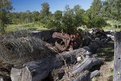 Cemitério de automóveis com logs e maquinaria agrícola velha Fotos de Stock Royalty Free