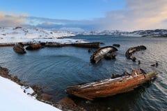 Cemitério de barcos de pesca pequenos em Teriberke no nascer do sol Murmans Fotos de Stock Royalty Free