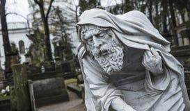 Cemitério de Powazki, Varsóvia, Polônia, Europa, em dezembro de 2018, estátua do tempo velho do pai no cemitério fotografia de stock