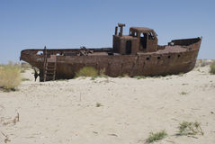 Cemitério dos barcos na área de mar de Aral imagens de stock royalty free