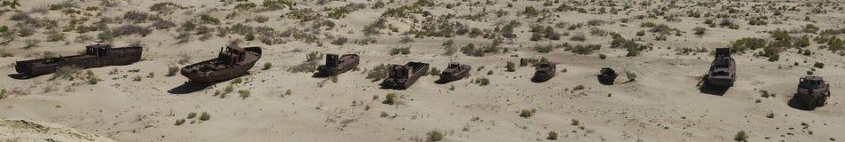Cemitério dos barcos na área de mar de Aral imagem de stock royalty free