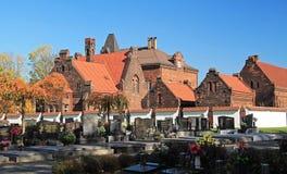 Cemitério e construções velhas fotos de stock royalty free
