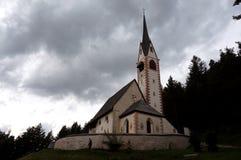 Cemitério e igreja maravilhosos nas dolomites Imagens de Stock Royalty Free