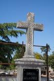 Cemitério e lápides velhos sob o céu azul fotografia de stock royalty free