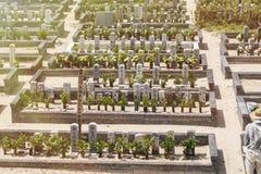 Cemitério em Japão, a cidade de Shima, em agosto de 2018 Cemitério bem conservado japonês em um dia de verão imagem de stock royalty free