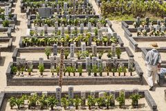 Cemitério em Japão, a cidade de Shima, em agosto de 2018 Cemitério bem conservado japonês em um dia de verão fotografia de stock royalty free
