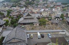 Cemitério em Onomichi Japão visto de cima de imagens de stock