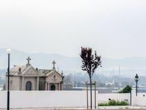 Cemitério em uma maneira costal portuguesa de Camino de maneira de Saint James em Portugal imagem de stock royalty free