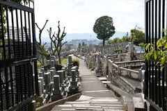 Cemitério japonês do cemitério, uma vista das portas, negligenciando o caminho e as sepulturas imagens de stock royalty free