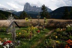 Cemitério maravilhoso e vista às montanhas do distinctiv do sassolungo Fotografia de Stock Royalty Free
