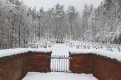 Cemitério militar, cemitério da guerra, porta do cemitério da guerra, inverno da porta do cemitério da guerra, floresta do invern fotografia de stock