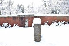 Cemitério militar, cemitério da guerra, porta do cemitério da guerra, inverno da porta do cemitério da guerra, floresta do invern imagem de stock