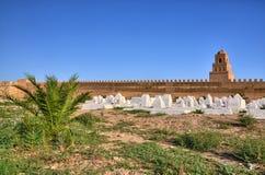 Cemitério muçulmano antigo perto da grande mesquita em Kairouan, Sahara Desert, Tunísia, África, HDR imagem de stock