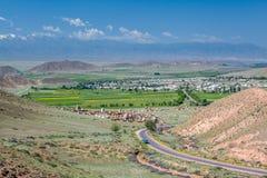 Cemitério muçulmano nas montanhas de Ásia central Fotos de Stock Royalty Free