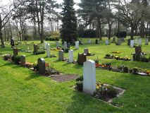 Cemitério na mola no sol imagens de stock
