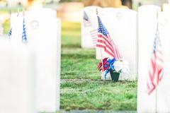 Cemitério nacional com uma bandeira no Memorial Day em Washington, EUA Fotografia de Stock Royalty Free