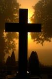 Cemitério nevoento fotografia de stock