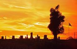 Cemitério no por do sol imagens de stock