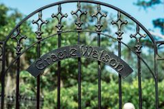 Cemitério Savannah Georgia de Gracie Watson Cemetery Statuary Statue Bonaventure imagem de stock royalty free