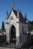 Cemitério sob o céu azul fotografia de stock
