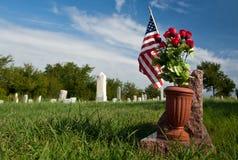 Cemitério velho com bandeira americana. fotos de stock royalty free