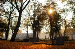 Cemitério velho no Polônia no por do sol imagem de stock royalty free