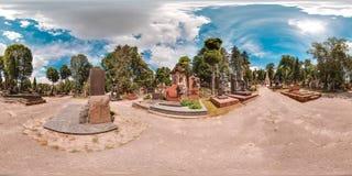 Cemitério velho no verão Cemitério com os túmulos verdes das árvores na floresta com grama panorama 3D esférico com os 360 graus  imagens de stock