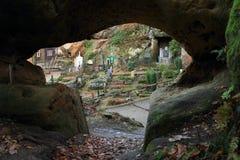 Cemitério visto da caverna no castelo e no monastério de Oybin foto de stock royalty free