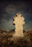 Cemitério terrível de Dia das Bruxas com cruzes velhas das lápides, a lua e um rebanho dos corvos Fotos de Stock Royalty Free