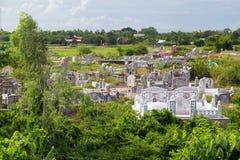 Cemitério vietnamiano perto do pagode na matiz, Vietname de Thien MU Imagem de Stock Royalty Free