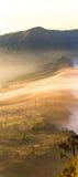 Cemoro Lawang; kleines Dorf im Morgennebel, der am Rand des enormen Nordostens des Bergs Bromo, Osttimor, Indonesi aufstellte lizenzfreies stockfoto