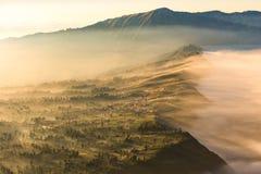 Cemoro Lawang; pequeño pueblo en la niebla de la mañana que situó al borde del noreste masivo del soporte Bromo, Java Oriental, I Imagen de archivo
