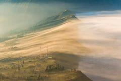 Cemoro Lawang; pequeño pueblo en la niebla de la mañana que situó al borde del noreste masivo del soporte Bromo, Java Oriental, I Imagen de archivo libre de regalías