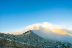 Cemoro Lawang; pequeño pueblo en la niebla de la mañana que situó al borde del noreste masivo del soporte Bromo, Java Oriental, I Foto de archivo libre de regalías
