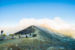 Cemoro Lawang; pequeño pueblo en la niebla de la mañana que situó al borde del noreste masivo del soporte Bromo, Java Oriental, I Fotos de archivo