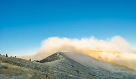 Cemoro Lawang; pequeño pueblo en la niebla de la mañana que situó al borde del noreste masivo del soporte Bromo, Java Oriental, I Fotografía de archivo libre de regalías