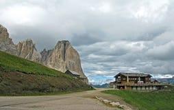 Cenário alpino da cabana imagens de stock royalty free